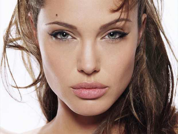 Angelina Jolie Cat eyes make up