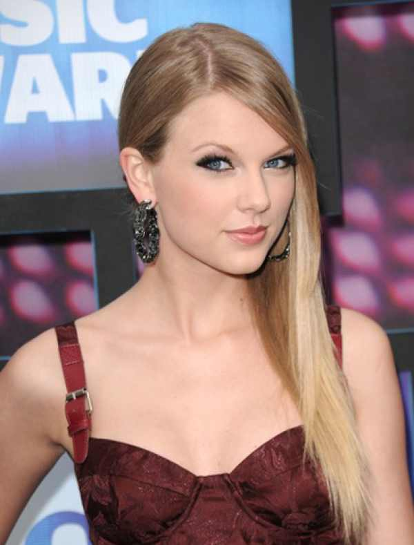 Taylor Swift evening make up red dress