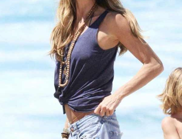 elle-macpherson-at-the-beach-in-jeans-