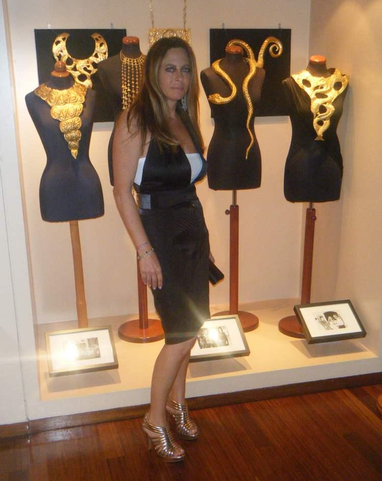 Αλεξάνδρα Σκαλτσογιάννη με φόρεμα Gaultier δίπλα στα εκκεντρικά κολιέ της συλλογής Λαλαούνη