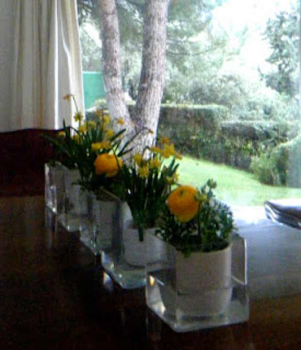 How to make your own easy spring flower arrangements for Create your own flower arrangement