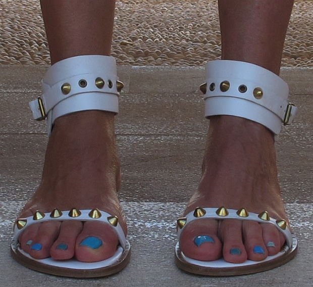 White Flat Sandals Sorelle Gold spikes