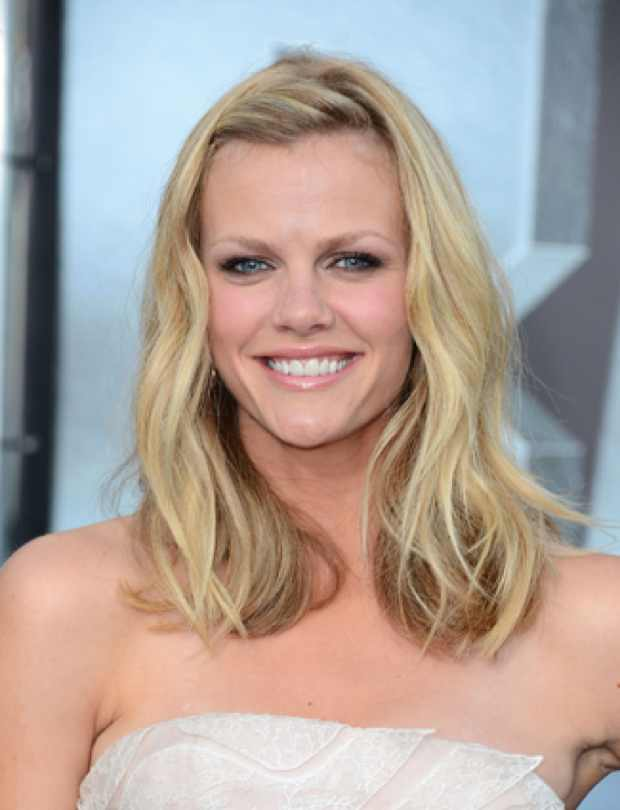 Celebrity easy summer hairstyles, Brooklyn Decker's Clipped Up Bangs