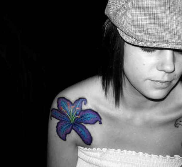 hawaiian-flower-tattoo-on-girl