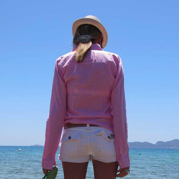 Beach-Summer-Pink-shirt-Outfit-blue-sea