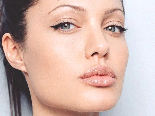 angelina-jolie-winged eyeliner