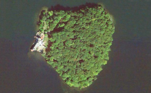 Angelina Jolie heart Island