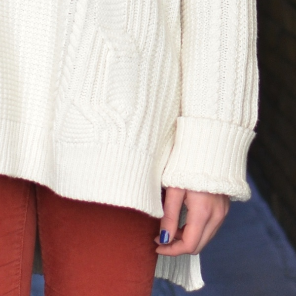 oversized sweater blue nails