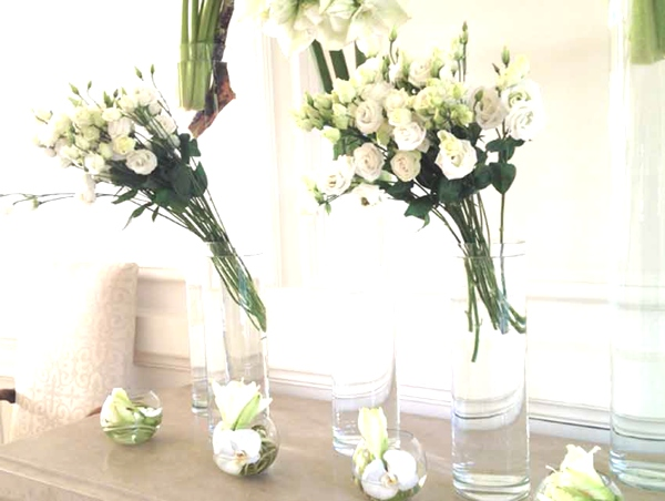 white flowers minimal wedding deco