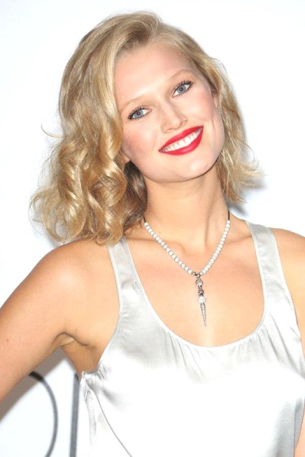 Toni-Garrn-Vogue-23May14-Rex_b_426x639_1
