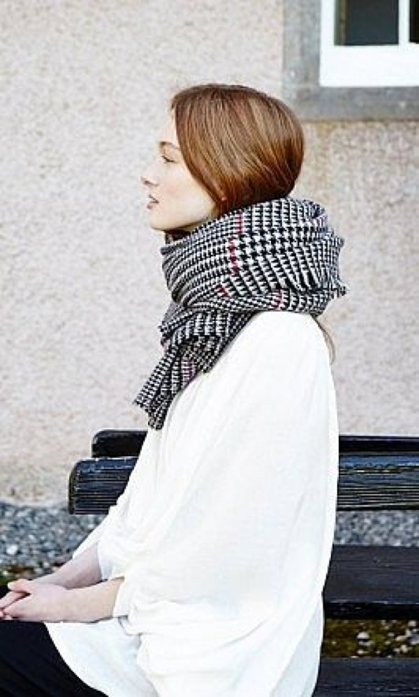 Plaid warm black and white scarf