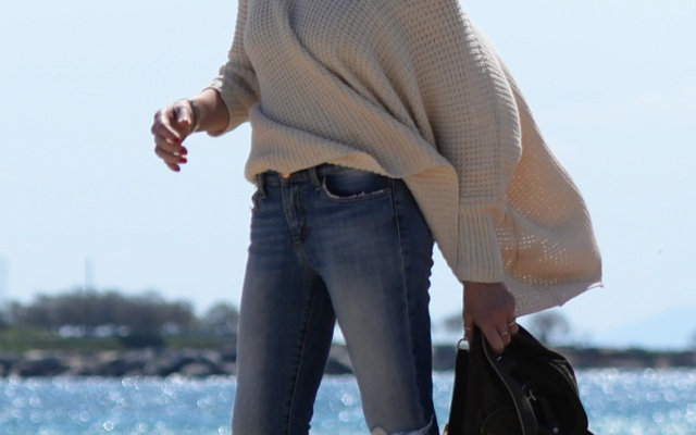 Spring Vacation Outfit TrendSurvivor Traveling in Oversized Sweater and Skinny Jeans10