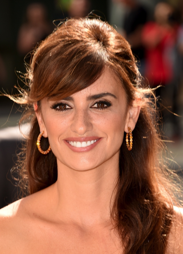 Deep side part Penelope Cruz chopard earrings