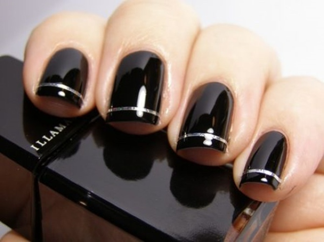 black nail silver stripe