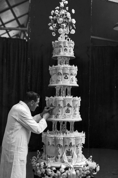 QUEEN-ELIZABETH-WEDDING-CAKE
