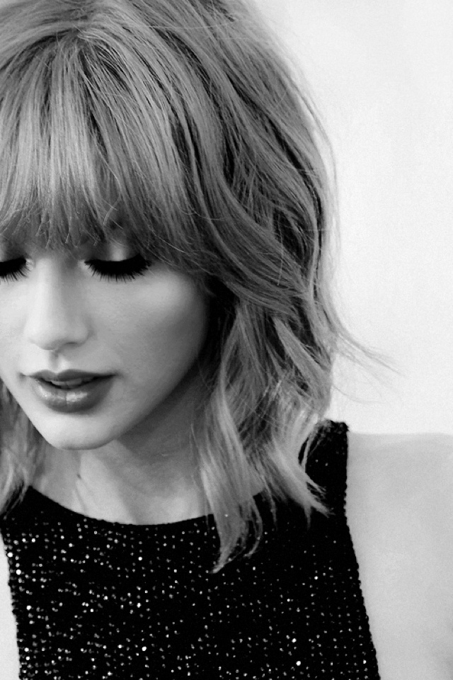 Taylor Swift wavy short hair with bangs