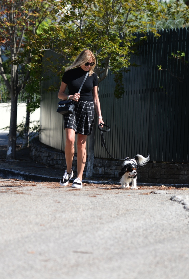plaid-skirt-eytys-sneakers-king-charles-cavalier02