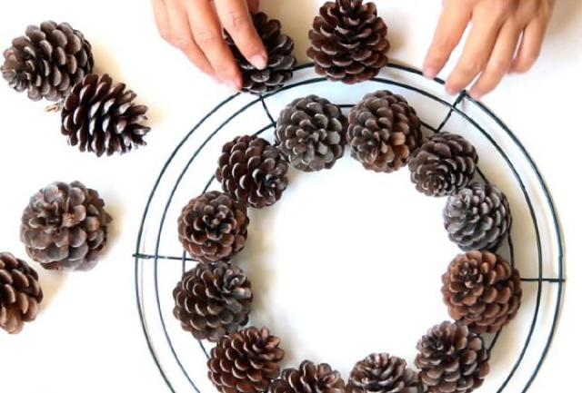 diy-pinecone-wreath-apieceofrainbowblog-18-600x406