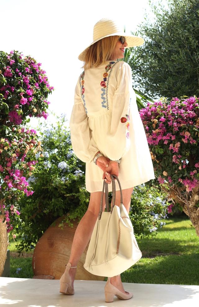 Trendsurvivor Summer Vibes embroidered dress Callista tote Valentino tango00